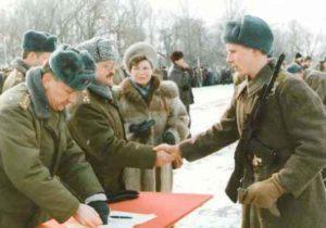 Входит ли армия в общий трудовой стаж и при каких условиях{q}