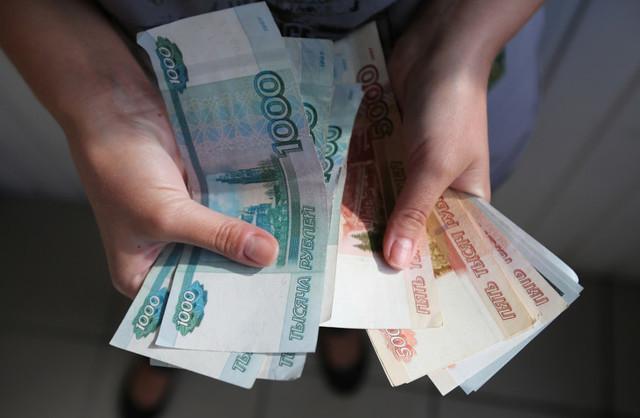 Рубль продолжает падать к доллару и евро