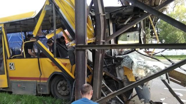В Ижевске автобус врезался в столб