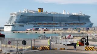 Пассажиры заблокированного в Италии лайнера начали сходить на берег